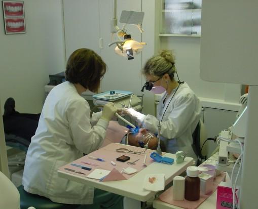 Dentysta w pracy - jak często widuje go Kowalski? (źródło: sxc.hu)