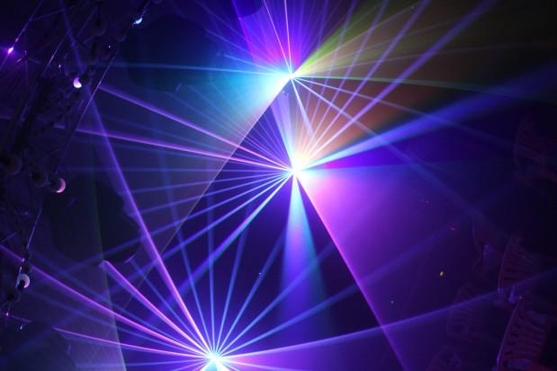Patrz na laser przez okulary, niekoniecznie różowe (foto:sxc.hu)