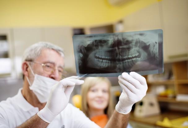 Pacjenci pytają o zakres leczenia stomatologicznego (fot. Fotolia)