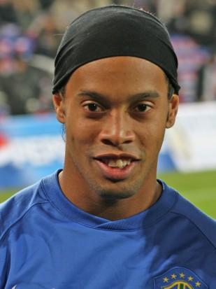 Ronaldinho stracił znak rozpoznawczy (źródło: Wikipedia)