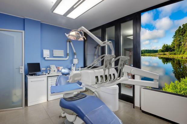 Panele szklane w gabinecie stomatologicznym