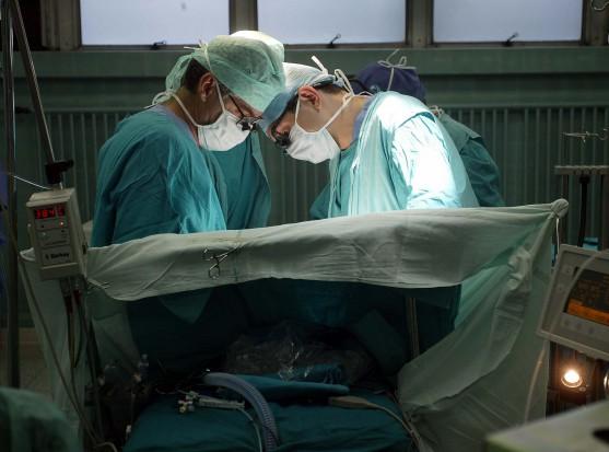 Lekarze zrekonstruowali kości żuchwy implantem z drukarki