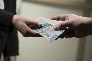 Czterech na dziesięciu studentów stomatologii płaci za naukę