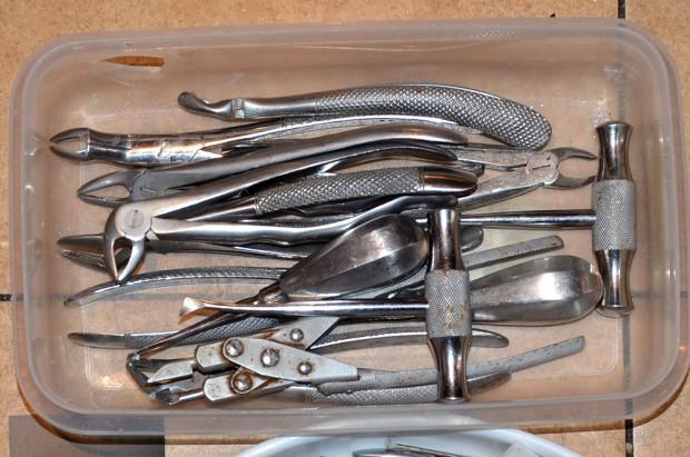 Zardzewiałe narzędzia, krzesło zamiast unitu - tak leczył fałszywy dentysta z Ukrainy