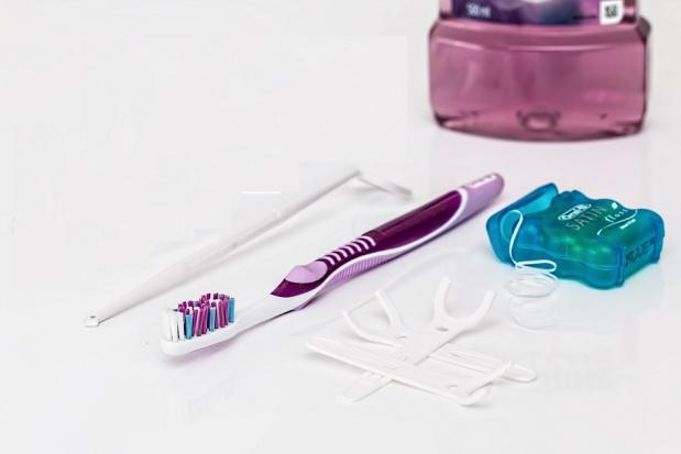 Nitkowanie zębów: więcej szkód niż pożytku