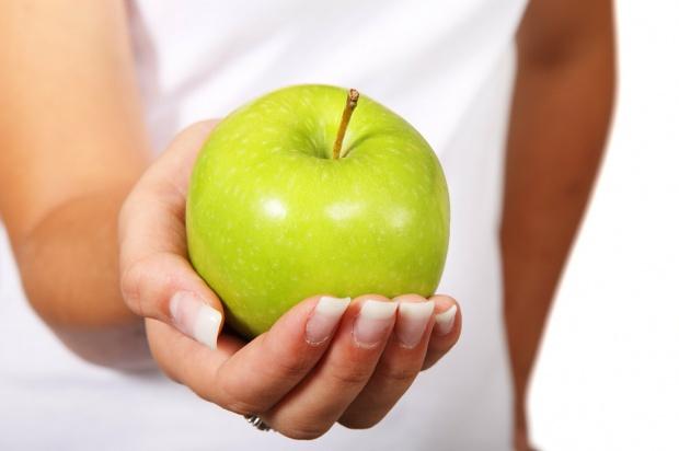 Jabłka wystawiają cenzurki zębom Japończyków