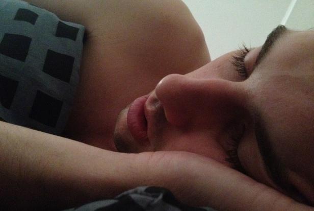 Spanie z otwartymi ustami szkodzi zębom