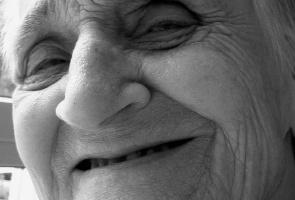 Problemy z dziąsłami mogą przyspieszać rozwój choroby Alzhaimera