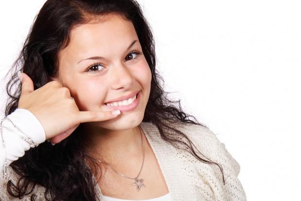 Taksówka stomatologiczna, w niej dentysta na telefon