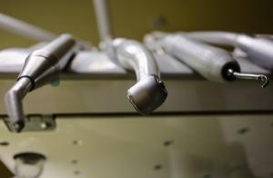 Mikrocząstki z wiertła: czy są poważnym problemem w gabinecie stomatologicznym?