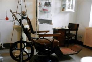 Żenada w Józefowie: unit stomatologiczny na pedały straszy w szkolnym gabinecie