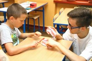 W Piekarach Śląskich studenci uczyli dzieci, jak dbać o zęby
