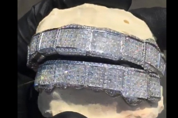Raper Tyga uśmiecha się złotem i diamentami