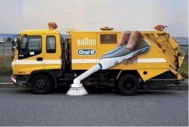Ze szczoteczką do zębów do czyszczenia jezdni