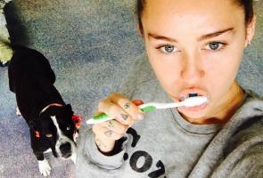 Miley Cyrus myje zęby!