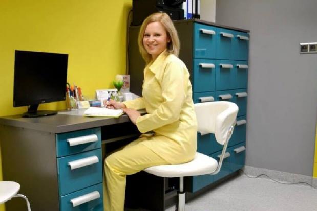 Dentystka roku leczy dzieci w szkole