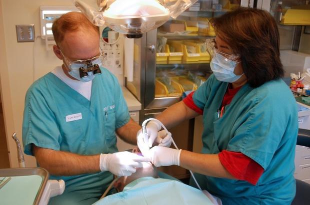 Walka o ułatwienia w zatrudnianiu dentystów przez dentystów