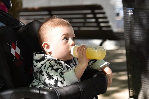 Picie soków owocowych to dla małych dzieci więcej szkody niż pożytku