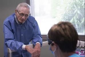 Dentysta, który mimo 93 lat nie myśli o emeryturze