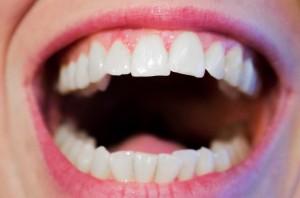 Naukowcy: wino nie przebarwia zębów, nawet po wybielaniu