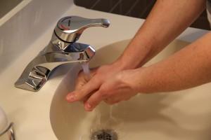 Naukowcy o myciu rąk wodą ciepłą i wodą zimną