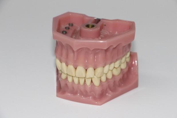 Po protezie zębowej - do gwałciciela