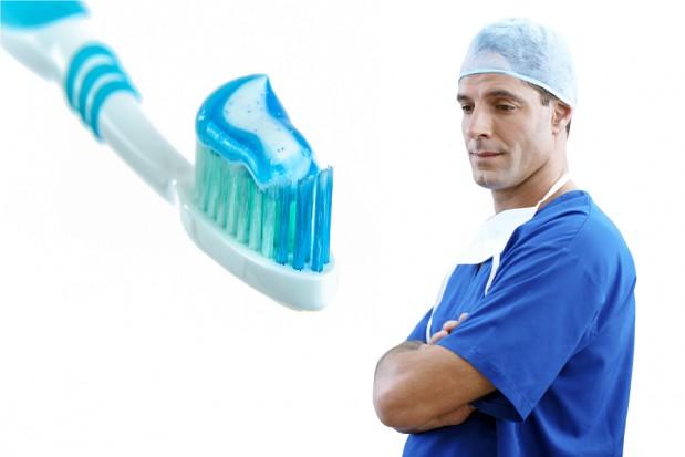 Twarz nieaktywnego zawodowo lekarza dentysty w reklamie