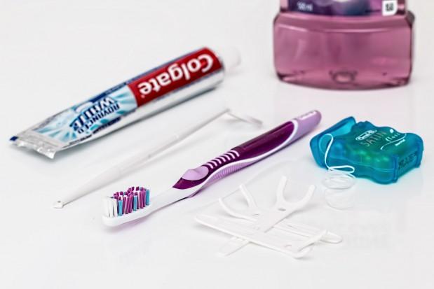 Ubocznym skutkiem nitkowania zębów - zatkane rury