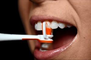 Nić dentystyczna na prąd