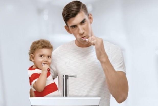 Michael Phelps myje zęby i oszczędza wodę