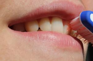 Kandydat do samorządu z koszem pełnym szczoteczek do zębów