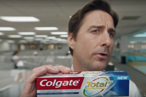 Colgate Total w świetle Super Bowl
