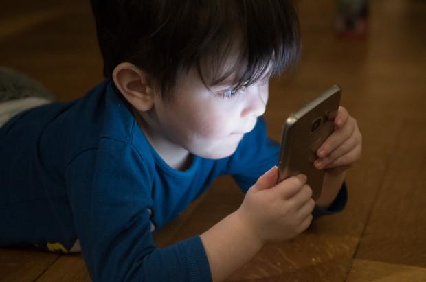 Smartfon na liście przedmiotów, którymi dzieci najczęściej wybijają sobie zęby