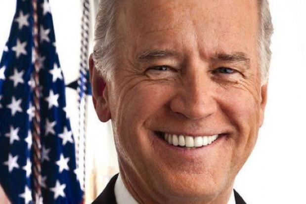 Były wiceprezydent USA z wypadającą protezą zębową?