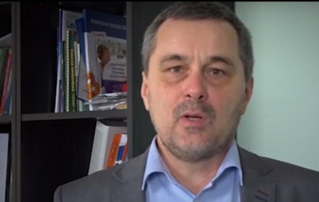 Dentysta Paweł Grabowski pochyla się nad umierającymi