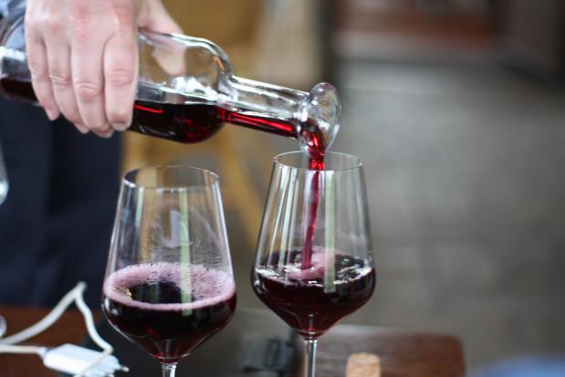 Jak zapobiec przebarwieniom szkliwa po czerwonym winie