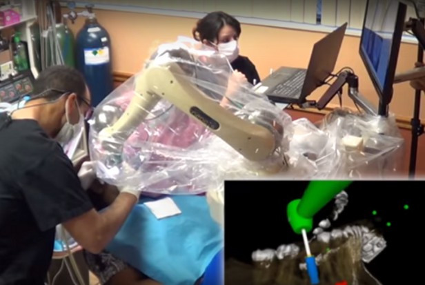 Student stomatologii w asyście...robota