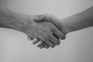 Koronawirus: nie unikajmy podawania rąk na powitanie?