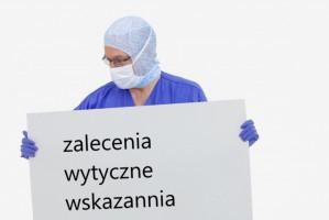 Koronawirus: zakładanie i zdejmowanie środków ochrony indywidualnej (zalecenia ECDC)