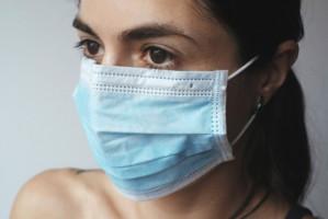 Koronawirus może trwać na maseczkach przez tydzień