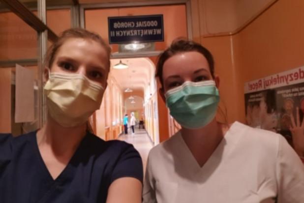 Dwie młode dentystki jako ochotniczki pracują w szpitalu w Knurowie