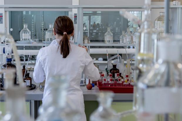 Broń w walce z epidemią: ludzkie przeciwciało blokujące SARS-CoV-2