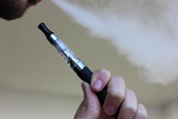 Palenie e-papierosów zwiększa ryzyko chorób stomatologicznych