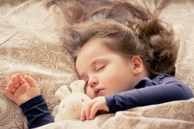 Dzieci śnią koszmary nocne na temat zębów