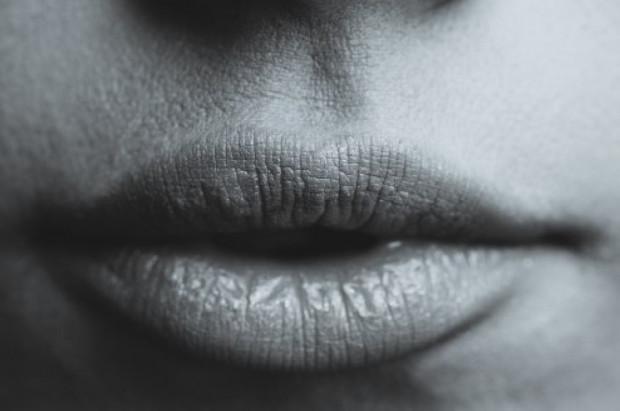 Suchość jamy ustnej jako pierwszy objaw COVID-19