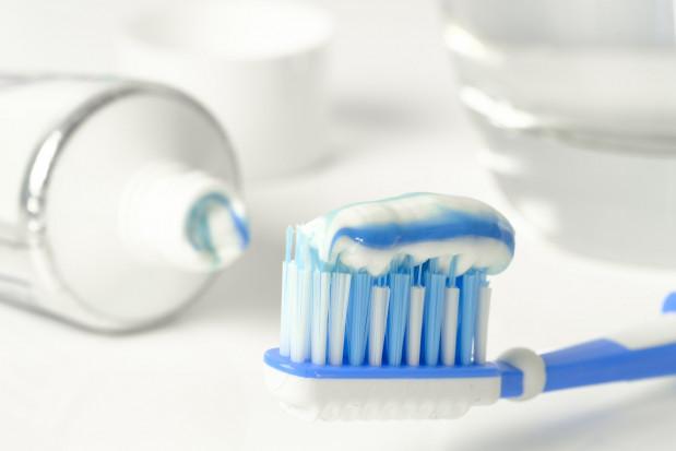 Dentysta na TikToku walczy z nadmiarem zużywanej pasty do zębów