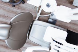 Jak praca dentysty zależy od liczby osób z pozytywnym wynikiem testu w kierunku SARS-CoV-2