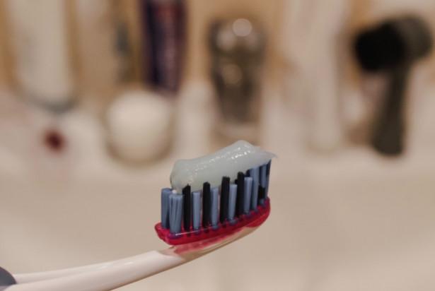 Badania: pasty do zębów i płyny do płukania ust neutralizują koronawirusa w 99,9 proc.