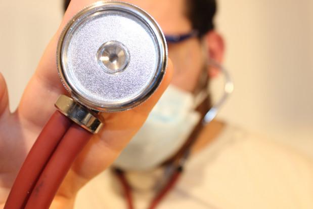 Warszawa: lekarze wyłączeni z pracy przy chorych z COVID-19 proszeni o składanie oświadczeń do OIL