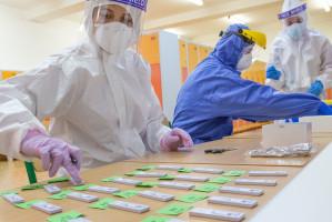 Testy śliny w kierunku koronawirusa